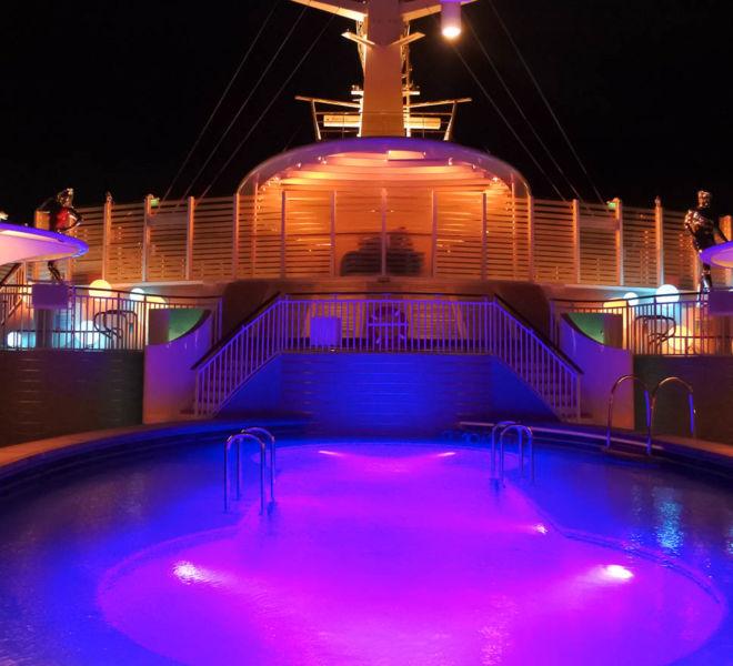 AIDAnova Poolbereich am Abend
